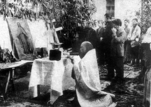 Отец Алексий Мечев совершает молебен