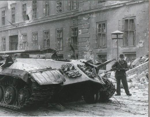 budapesht_56-_sov-_tank_s_sorvannoy_bashney